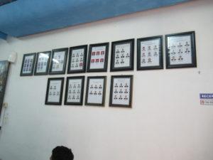 教室内にある実習生たちの経歴写真
