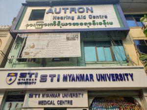 ミャンマーヤンゴンの学校の看板